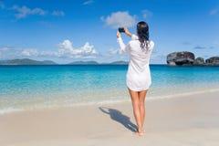 可爱的海滩妇女 免版税库存照片