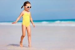 可爱的海滩女孩一点 免版税库存照片