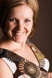 可爱的深色的女性微笑的年轻人 免版税库存图片