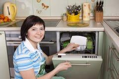 可爱的深色的清洁厨房妇女 图库摄影