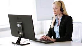 可爱的热线服务电话操作员在办公室 影视素材