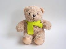 可爱的熊玩偶和柠檬色围巾有白色背景 库存图片