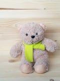 可爱的熊玩偶和柠檬色围巾, 图库摄影
