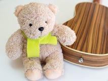 可爱的熊玩偶和柠檬色围巾 免版税库存照片