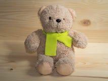 可爱的熊玩偶和柠檬色围巾 库存图片