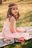 可爱的爱装饰的儿童女孩在春天庭院里 库存图片