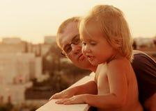 可爱的父亲和女儿 免版税图库摄影