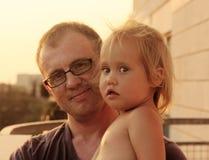 可爱的父亲和女儿 图库摄影