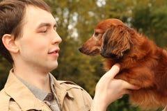 可爱的特写镜头达克斯猎犬他的人年&# 库存照片