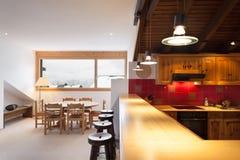 可爱的瑞士山中的牧人小屋的内部,国内厨房 免版税库存照片