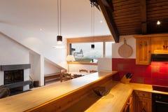可爱的瑞士山中的牧人小屋的内部,国内厨房 免版税库存图片