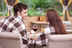 可爱的男人和妇女在自助食堂休息 免版税库存照片