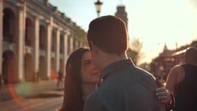 可爱的男人和年轻女人获得乐趣在城市 股票视频