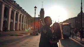 可爱的男人和年轻女人获得乐趣在城市 影视素材