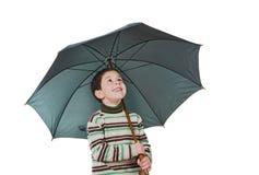 可爱的男孩开放伞 免版税库存图片