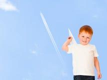 可爱的男孩纸张飞机红发天空 库存图片