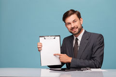 可爱的男性新闻广播员写他的报告 库存照片