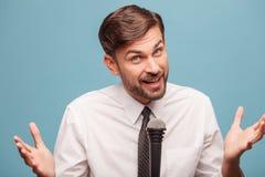 可爱的男性电视记者在演播室工作 库存图片