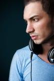 可爱的男性节目播音员纵向有耳机的 免版税库存图片