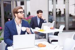 可爱的男性经理开一个业务会议 库存图片