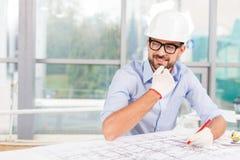 可爱的男性建筑师在工作 免版税库存图片