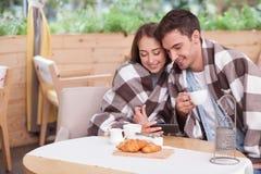 可爱的男朋友和女朋友取笑 免版税库存照片