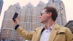 可爱的白种人人画象采取城市的录影的现代大厦背景的玻璃的  股票视频