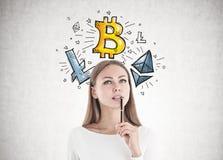 可爱的白种人妇女想法的cryptocurrency 免版税图库摄影