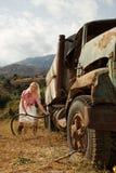 可爱的白肤金发的充填气体坦克妇女 免版税库存照片