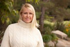 可爱的白肤金发的公园妇女 免版税库存照片