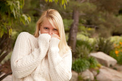 可爱的白肤金发的公园妇女 免版税库存图片