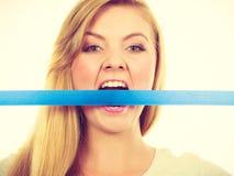 可爱的白肤金发的在嘴的妇女尖酸的磁带 库存照片