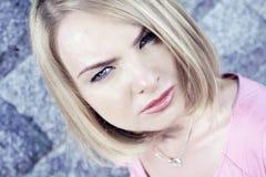 可爱的白肤金发的夫人 免版税库存图片