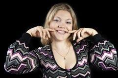 可爱的白肤金发的女孩愉快的年轻人 免版税库存照片