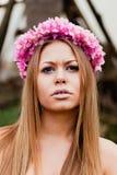 可爱的白肤金发的女孩秀丽画象有一美丽的headba的 免版税图库摄影