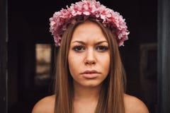 可爱的白肤金发的女孩秀丽画象有一美丽的headba的 免版税库存照片