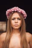 可爱的白肤金发的女孩秀丽画象有一美丽的headba的 库存图片