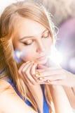 可爱的白肤金发的女孩画象有金黄风骚女子修指甲的 库存照片