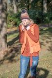 可爱的白肤金发的妇女在一个秋季公园 库存照片