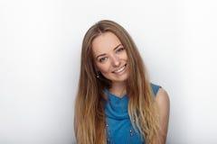 年轻可爱的白肤金发的妇女特写有逗人喜爱的微笑的在白色背景 图库摄影