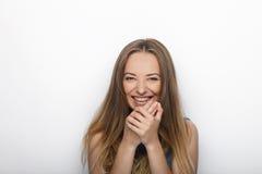 年轻可爱的白肤金发的妇女特写有逗人喜爱的微笑的在白色背景 免版税库存照片