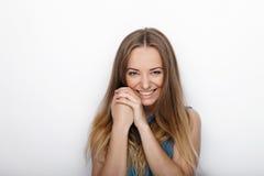 年轻可爱的白肤金发的妇女特写有逗人喜爱的微笑的在白色背景 库存照片