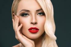 可爱的白肤金发的妇女画象有完善的皮肤的, 图库摄影
