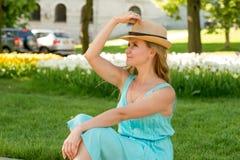 可爱的白肤金发的妇女的l画象的腰部在蓝色su 图库摄影
