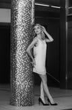 可爱的白肤金发的妇女画象城市布局的在黑白 免版税图库摄影