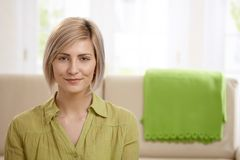 可爱的白肤金发的妇女 免版税库存图片