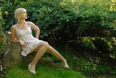 可爱的白肤金发的庭院女孩 免版税库存照片