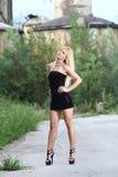 可爱的白肤金发的时尚女孩 免版税库存图片
