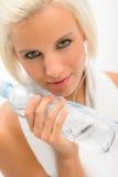 可爱的白肤金发的瓶健身水妇女 免版税库存图片