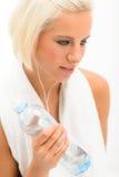 可爱的白肤金发的瓶健身水妇女 库存照片